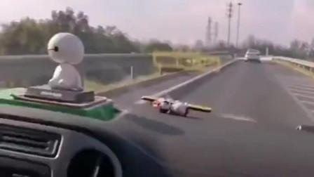 女司机开车的时候,男人别指挥,不然你们的下场就会跟我一样!