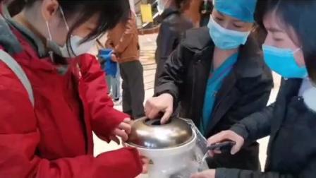暖心,湖南中医药大学第一附属医院的护士长给前往武汉支援的医疗队员做了一个蛋糕送行。