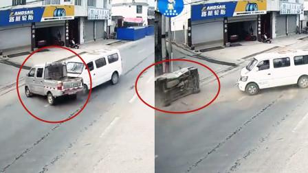 """监拍:云南一货车""""蛮横""""转弯不减速 被直行面包车拦腰撞翻"""