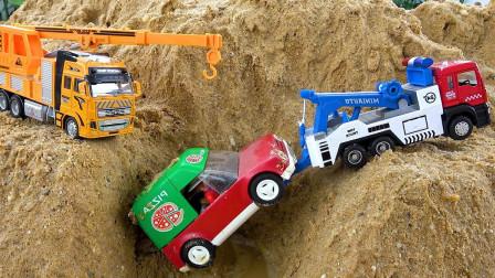 挖掘机玩具 起重机施救车山路上的救援工作