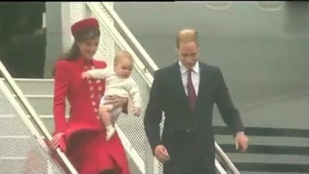凯特王妃抱娃出访,乔治小王子想挣脱妈妈怀抱,太可爱了