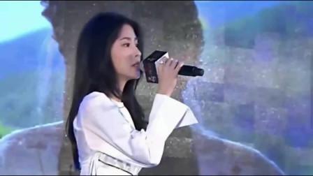 赵丽颖精心打扮的如此美艳,只为和张碧晨同台合唱,让你一饱耳福