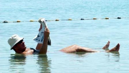为什么死海淹不死人,却没成为游泳的圣地?看完明白了