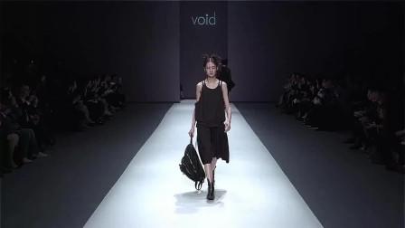 时装秀:黑色吊带裙,衣身设计非常简约,带有一种简约清爽美!