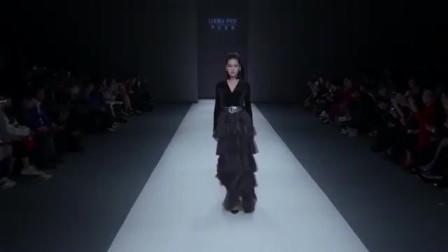 时装秀:黑色丝绒蛋糕裙,优雅中带着神秘,尽显迷人女人味!