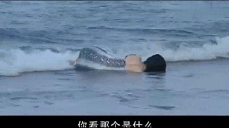 与敌共眠:姑娘躺在海边,众人还以为她在休息,不料走进一看吓懵