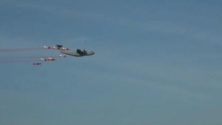 在运输机面前战斗机就是小不点儿,A-400M运输机和战斗机飞行
