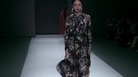 时装秀:黑色印花连衣裙,成熟优雅,透露出浓浓女人味!