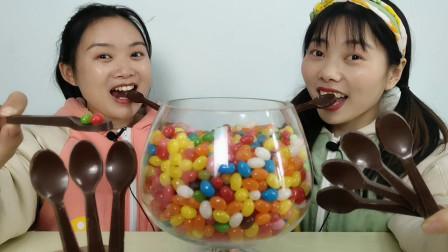 恶作剧妹子分享糖果闺蜜嚼勺子吃是可以吃的巧克力