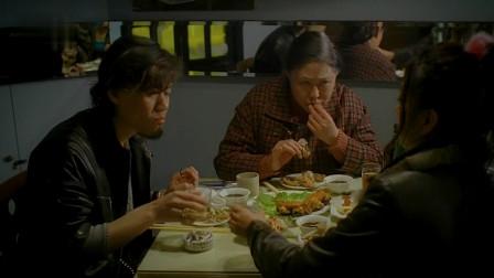 后现代生活:斯琴高娃不愧是老戏骨,这段啃螃蟹太香了,我看饿了