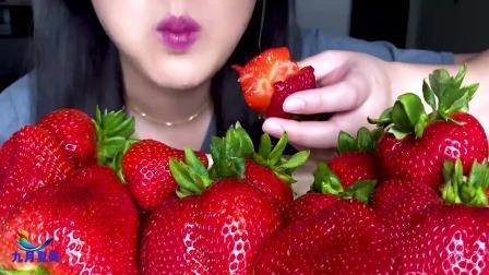 美女主播吃播视频大全,巨大的草莓水果拼盘,真的太奢侈了!