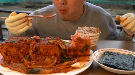 韩国小哥哥,吃一大份泡菜炖肉,吃的津津有味,好美味
