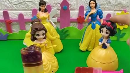 贝尔做了魔法丝糖,小白雪也做了好几个魔法丝糖,你喜欢谁的糖呢?
