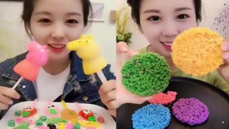 小姐姐直播吃:佩奇糖果、彩色方便面,五颜六色的好漂亮,你喜欢吃哪个呢