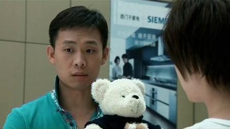 美女路边看到个小熊不动了,小伙二话不说直接买了,不料却买错了