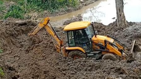 尴尬了,两头忙小挖掘机在泥泞地施工,差点出不来。