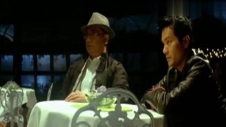 放逐:阿强在桌下藏枪想要暗算飞哥,不想飞哥手下各个怀里有把枪