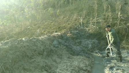 农村人徒手修建鱼塘,冷天污水里劳作,只想快些把鱼塘建起来