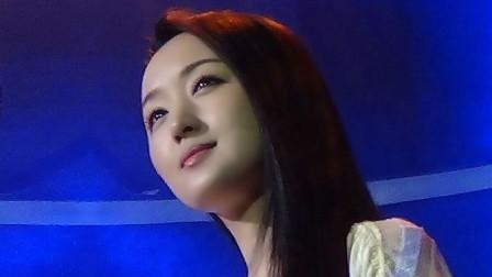 杨钰莹节目录制现场花絮,近距离看她笑着唱歌,如沐春风