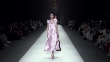 时装秀:芭比粉色丝绸裙,淑女气质妥妥的