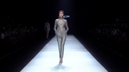 时装秀:半透明纱质衬衫,麻布纹吊带外衣,若隐若现好身材