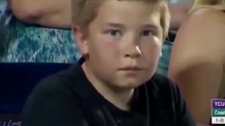 堪比詹姆斯的死亡之瞪,美国小男孩棒球赛调戏摄像头,太可爱了啊