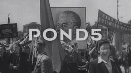 1949年德国柏林的游行队伍   高举斯大林的画像