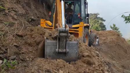 挖掘机在山里修路,师傅的技术很过硬