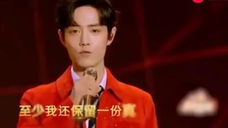 春晚最帅组合,肖战靳东合唱《壮志在我胸》,台下粉丝都不淡定了