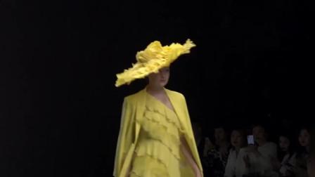时装秀:亮黄色蛋糕裙,层层爹叠叠的裙摆富有层次感,灵动又靓丽