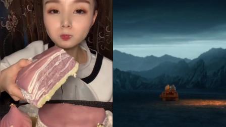美女直播吃香芋草莓千层蛋糕,看着就太馋人了,是吃货们的最爱!