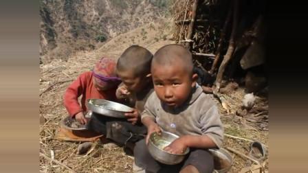尼泊尔山区农村孩子们吃饭,网友:看到那小孩自己吃饭,我泪奔了
