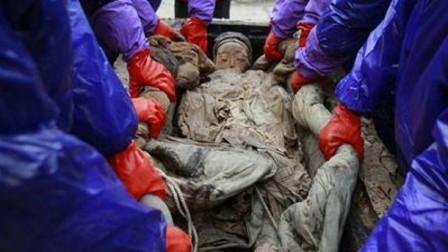 江苏工地挖出神秘古墓, 开棺后发现一美女, 晚上发出诡异声音
