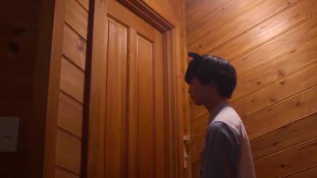美女把直接锁在房间,帅哥在门外安慰她