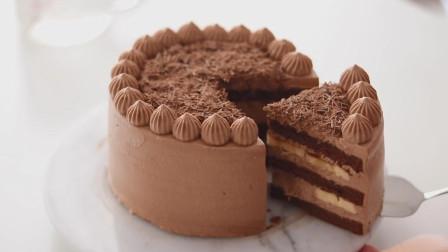 把香蕉放在蛋糕里,制作一个美味的巧克力蛋糕,这样的搭配真好吃