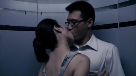 美女电梯里主动吻了小伙,小伙热情回吻在一起
