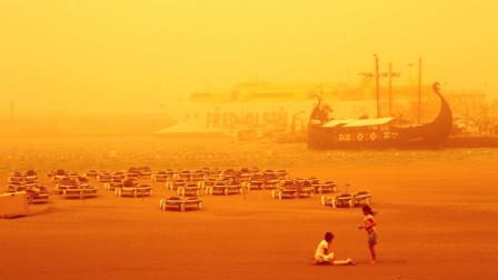 """天空变""""橙色""""!实拍:西班牙遭沙风暴袭击 城市陷入一片昏黄"""