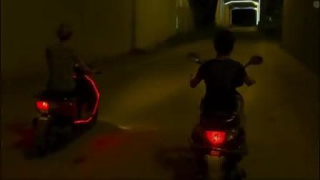 惊悚:男子半夜骑个摩托车,冲着别人竖中指,下一秒就被铲车削了脑袋!