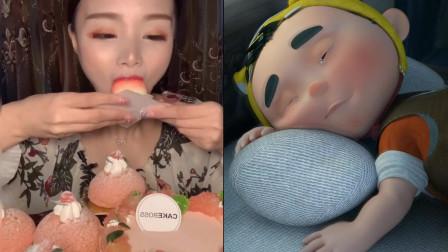 美女直播吃水蜜桃慕斯蛋糕,外表形象逼真,看着就超有食欲,好想吃水蜜桃