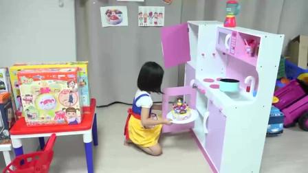 萌娃小可爱可真厉害呢!小萝莉自制生日蛋糕!萌娃:我的手可是很神奇的哦!
