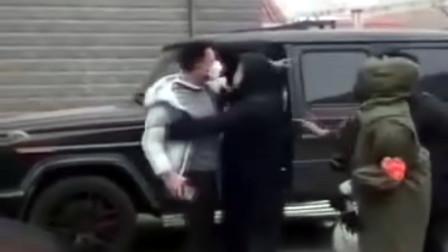 男子驾驶私家车进小区不听劝阻还骂人 被拘后录视频道歉