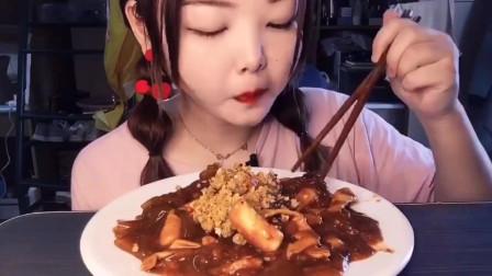 美食吃播:大胃王小姐姐吃年糕宽粉,大口吃的真香!