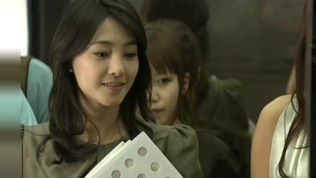 王丽坤穿着肉色丝袜来上班,慌慌张张的险些没赶上电梯