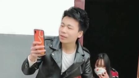 小哥哥专注看手机,自己的钱被偷了都不知道,这美女一看就是个老手啊!