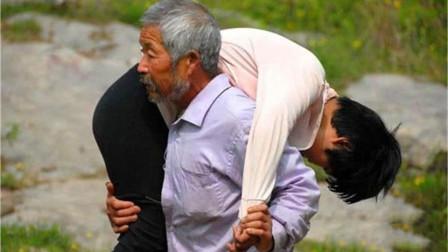 65岁老汉每日扛女孩进深山,早出晚归,孙子尾随后揭露真相!
