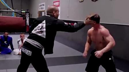 健身教练来踢馆,柔术高手一巴掌教他做人,一点还手之力都没有
