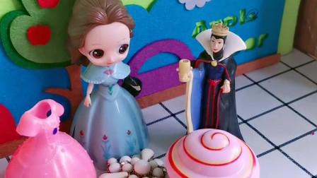 王后给贝尔准备了发卡和哈密瓜还有蛋糕,白雪什么也没有,懂事的贝尔姐姐就叫白雪过来一起分享!