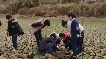 人类的贪婪是无止境的,听说附近有金子,这群人不惜抽干这里的河流!