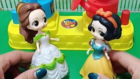 贝尔和白雪玩玩具没分出胜负,结果她们吃棉花糖,谁吃的多呢