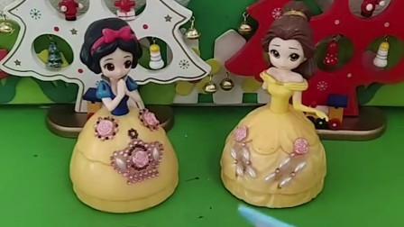 王后让白雪和贝儿装饰蛋糕,贝儿把王后的蛋糕弄坏了,王后要把王位传给白雪!